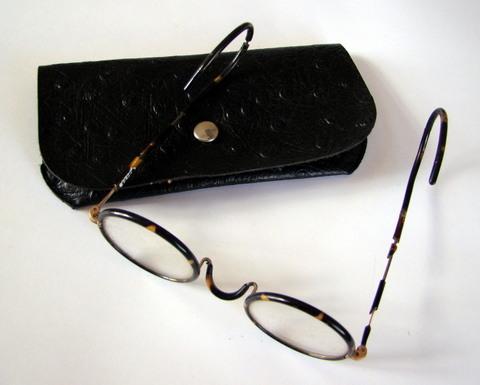 CE13256 Gafas con funda donadas por D. Javier Píriz Quintas de Olivenza