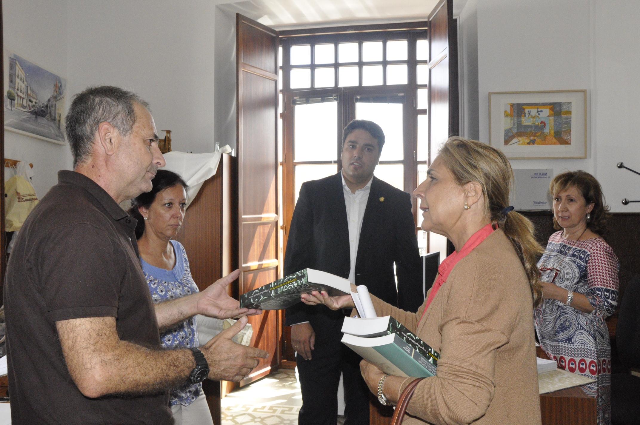 El Director del Museo obsequia a la Directora General con bibliografía sobre Olivenza