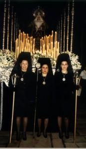 Paso de la Virgen de la Soledad y hermanas ataviadas con mantilla