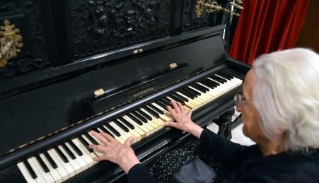 """María Magro, de 94 años tocando el piano en la Sala de Música  del Museo Etnográfico """"González Santana""""  Olivenza"""