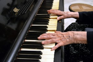 Las manos de María Magro en un antiguo piano de la Sala de Música del Museo