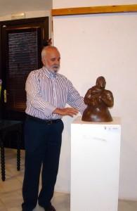 Pedro Monago explicando una de sus obras durante el acto inaugural