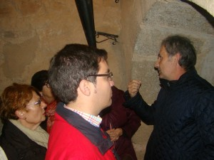 Miguel Ángel Vallecillo, Director del Museo, durante la visita a las inscripciones medievales de la Torre del Homenaje