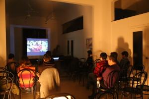"""Un momento del cinefórum durante el que se proyectó la película """"Las tortugas también vuelan"""" del director kurdo Bahman Ghobadi y se disertó sobre el papel de los medios de comunicación en la manipulación de la información en los conflictos bélicos. Gracias a la Asociación La Raíz/A Raiz, a tod@s l@s asistentes y a Toni, de Foto Vidigal http://museodeolivenza.com/la-asociacion-la-raiza-raiz-organiza-el-cineforum-un-mundo-en-guerra-realidad-y-ficcion/"""