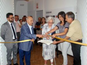 D. Francisco González Santana, fundador y primer director y Dª Fernanda Blasco Mendoza, miembro de la primitiva Comisión Pro Museo de Olivenza, cortan la cinta