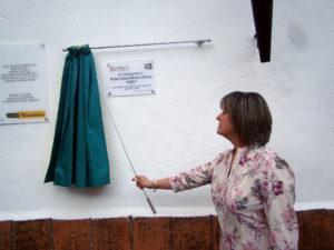 Herminia Carvallo, miembro del antiguo G.A.M.O., descubre una placa de reconocimiento a la labor del grupo