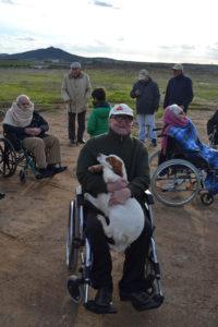 """Un momento en la actividad de """"terapia asistida con los perros"""""""