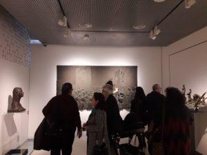 """Panel escultórico """"La Filarmónica"""", una de las piezas emblemáticas de la exposición"""