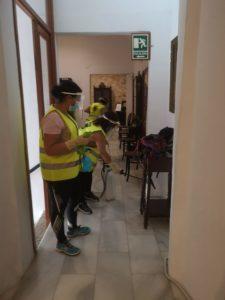 Operarias del Ayuntamiento de Olivenza durante la desinfección de salas